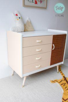 vintage-commode | Stip Styling via Kinderkamerstylist Nursery Dresser, Table, Furniture, Home Decor, Commode Vintage, Decoration Home, Room Decor, Tables, Home Furnishings