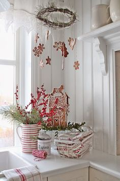 VIBEKE DESIGN: jul - beautiful white scandinavian style with touches of red Norwegian Christmas, Decoration Christmas, Cottage Christmas, Shabby Chic Christmas, Noel Christmas, Scandinavian Christmas, Country Christmas, White Christmas, Simple Christmas