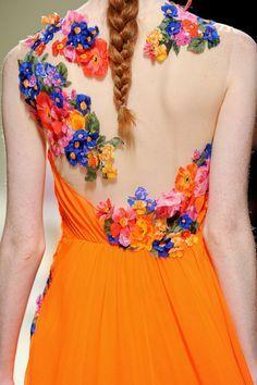 Abito arancio della collezione Alberta Ferretti Spring 2014. Non poteva mancare il tocco floreale, trend dell'estate!  Rent the look--> http://drexcode.com/prodotto/abito-in-chiffon-con-applicazione-floreale/ #drexcode #luxuryrent #specialevents