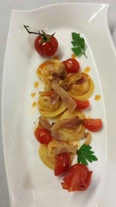 Ravioli di pasta fresca con ripieno all'amatriciana, pomodorini appassiti e pesto di prezzemolo al pecorino - ricetta inserita da Giuseppe D'Anna
