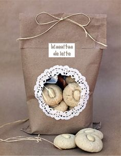pretty packaging Window and doily on brown paper Dulce de Leche: Mandovo kardamnov macaroons a vyhodnotenie Giveaway Cookie Packaging, Food Packaging, Packaging Ideas, Food Gifts, Craft Gifts, Paper Doilies, Brown Paper Packages, Pretty Packaging, Brown Bags