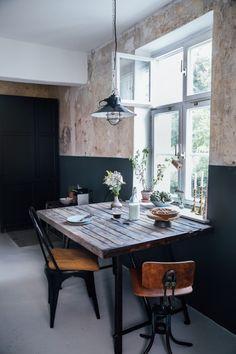 Drewniany stół i betonowa ściana w aranżacji jadalni - Lovingit.pl