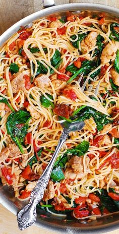 Tomato Spinach Chicken Pasta – this dinner recipe features pasta, fresh tomatoes, sun-dried tomatoes, fresh basil, spina Summer Pasta Recipes, Easy Dinner Recipes, Easy Chicken Recipes, Summer Recipes For Dinner, Spinach Dinner Recipes, Summer Pasta Dishes, Healthy Pasta Dishes, Quick Pasta Recipes, Grilled Chicken Recipes