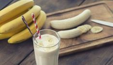Un smoothie à la banane et aux flocons d'avoine, de quoi faire le plein d'énergie au petit déjeuner ou reprendre des forces après le sport.