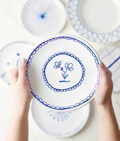Borden beschilderen of beschrijven is zo'n leuke manier om je servies persoonlijk te maken. Vaak zie je borden of mokken beschreven met een zwarte stift, maar het kan natuurlijk ook met kleur! Het leek mij leuk om het Delfts blauw-gevoel te creëren, door witte borden met een blauwe stift te beschilderen. Het was niet alleen heel leuk en makkelijk, het werd nog zoveel mooier dan ik had verwacht.
