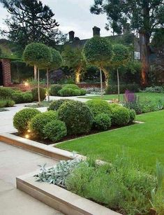 40 beautiful lighting ideas for the front yard The decor of the front garden is an important part of increasing the attractiveness of your living area. Lighting is important for decorating your front yard. Front Yard Decor, Modern Front Yard, Front Yard Design, Cheap Landscaping Ideas For Front Yard, Backyard Landscaping, Yard Ideas, Modern Backyard, Landscaping Design, Fence Ideas
