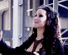 Behind the scenes Jennifer/katniss trying to explain a kind of explosion or something
