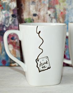 "(idea for my sharpie mugs) Alice in Wonderland ""Drink Me"" Mug. via Etsy. Disney Diy, Deco Disney, Diy Craft Projects, Diy And Crafts, Mug Diy, Diy Becher, Sharpie Crafts, Sharpie Mugs, Sharpies"