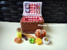 Cesta de picnic en miniatura. Todo está hecho de Fimo, menos la manta. www.misuenyo.com / www.misuenyo.es