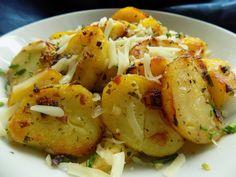 Cibuli nakrájíme na drobno, česnek na plátky. Společně je s petrželkou osmahneme na oleji. Oloupané brambory nakrájíme na hrubší plátky a s...