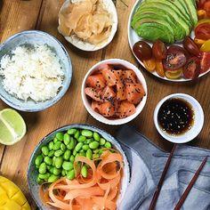 Poké bowl - sushi i en skål. 🌱 #bluedragonsverige #bluedragon #sushi #pokebowl #eastmadeeasy #favfood #buffé #plockmat #tapas - Låt gästerna vara med och skapa middagen. Duka fram ris, grönsaker, frukt och lax eller tofu och låt alla vid bordet göra sin egen poké bowl. Chana Masala, Tofu, Poker, Tapas, Sushi, Ethnic Recipes, Sushi Rolls