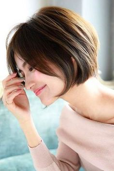 30 Best Short Haircuts for Women - Frisuren - Cheveux Bob Haircuts For Women, Best Short Haircuts, Cute Hairstyles For Short Hair, Hairstyles Haircuts, Curly Hair Styles, Pixie Haircuts, Female Hairstyles, Haircut Short, Shortish Hairstyles