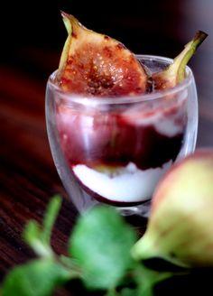 Ingredientes (para duas pessoas) 4 a 6 figos frescos e maduros (nem moles, nem firmes demais) 1 taça de vinho tinto (lembre-se: se não serve para beber, não serve para comer) 1 colher de sobremesa de manteiga sem sal (só pra sujar a frigideira) 1 xícara de colhada integral sem... #doce #figo #fruta