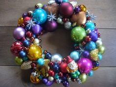 Gemakkelijk; strokrans met diverse soorten ballen, kerstboomhangers. Gelijmd met lijmpistool. Deze is in diverse kleuren, maar het is ook mooi om de krans in 1 of 2 tinten te maken