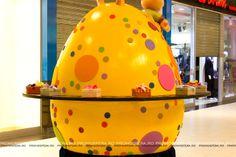 Decorațiunile sunt realizate de echipa Promosfera. Giant Easter Eggs, Hats, Hat