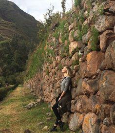 """#LifestyleGlamour @ViviOrth embarcou para Machu Picchu no Peru e dividiu com a gente seu roteiro por lá. """"Logo no primeiro dia consegui fazer uma caminhada montanha acima. A energia de lá e a história da cidade-perdida são incríveis"""" lembra. No nosso link da bio você confere mais dicas sobre o lugar que é considerado uma das sete maravilhas do mundo moderno além de um roteiro com o melhor da gastronomia de Cusco cidade-base para quem quer explorar a região.  via GLAMOUR BRASIL MAGAZINE…"""