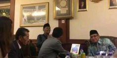 """Video Detik-detik Kyai Said Bimbing Dua WN Jepang Ucapkan Syahadat  KONFRONTASI-Dipandu Ketua Umum (Ketum) Pengurus Besar Nahdlatul Ulama (PBNU) KH Said Aqil Siroj dua warga negara Jepang mengucapkan syahadat dan resmi memeluk agama Islam.  Dua WN Jepang ini merupakan pria dan wanita masing-masing bernama Tatsunori Hoshi dan Ohnuma Yoka. Mereka datang berkunjung ke kantor PBNU Jalan Kramat Raya 164 Jakarta Jumat (6/1/2017).  """"Alhamdulillah hari ini bertambah 2 orang lagi saudara kita dari…"""