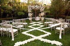 Camino con flores para bodas al aire libre