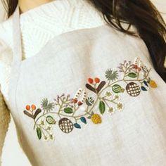 @tuki_tuki12さんのまねして( ੭ ˙࿁˙ )੭ ♡ 無印のリネンエプロンに刺繍しました。 10色の種模様かわいいです。:.゚ஐ⋆* #樋口愉美子 #無印良品 #三國万里子
