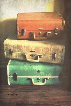 Old suitcases, wonder where they have been? Vintage Soul, Vintage Shabby Chic, Retro Vintage, Vintage Items, Vintage Market, Old Trunks, Vintage Trunks, Vintage Suitcases, Vintage Luggage