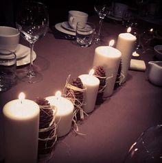 Ganz einfach nachzumachen: hübsche Tischdeko zu Weihnachten mit wenig Aufwand. Schön, edle Tischwäsche drunter - fertig!