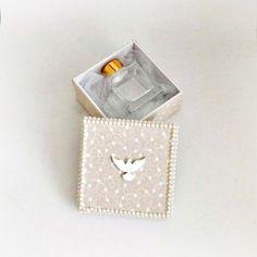 Caixinha super fofa com aromatizador pequeno para lembrancinha de batizado ou nascimento. Detalhes para pérolas ao redor