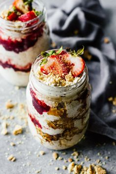 Easy Strawberry Cheesecake Overnight Oats - Jar Of Lemons Easy Strawberry Cheesecake Overnight Oats! Vegetarian, gluten free, and only take 5 minutes to make. Low Carb Vegan Breakfast, Healthy Breakfast Recipes, Brunch Recipes, Healthy Breakfasts, Eating Healthy, Healthy Snacks, Clean Eating, Best Overnight Oats Recipe, Overnight Oatmeal