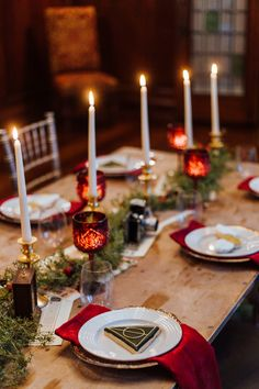If Harry Potter Had a Christmas Wedding This Would Be It Harry Potter Table, Cumpleaños Harry Potter, Harry Potter Halloween, Harry Potter Wedding, Harry Potter Birthday, Harry Potter Christmas Decorations, Hogwarts Christmas, Anniversaire Harry Potter, Deco Table