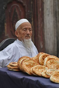The streets of Kashgar Bread Sellers. The flat bread is delicious, made on the spot and baked in clay ovens - Xinjiang, China Urumqi, Working People, Muslim Girls, Silk Road, Central Asia, World Cultures, International Recipes, People Around The World, Street Food
