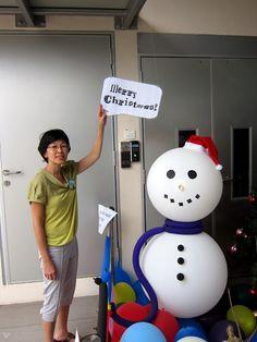 *Decoración con Muñecos de Nieve hechos con globos.