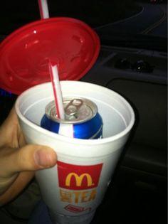 Escondendo cerveja em um copo gigante de fast food.