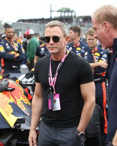 Daniel Craig went full Bond villain at the British - Esquire Middle East Daniel Craig Style, Daniel Craig James Bond, Daniel Craig Workout, British F1, Mature Mens Fashion, Daniel Graig, James Bond Style, Smart Casual Menswear, Best Bond