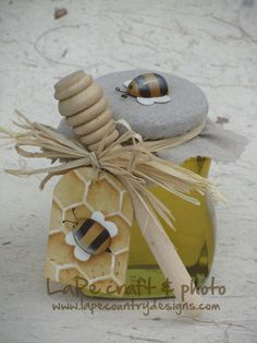 LaPe Country Designs: Free Project - Tag con Ape First Holy Communion Cake, Organic Food Delivery, Honey Bottles, Painted Baskets, Honey Packaging, Honey Shop, Kids Room Paint, Country Paintings, Bees Knees