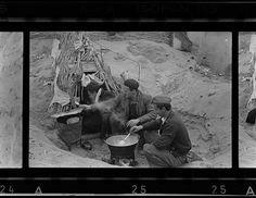 Robert Capa[Tres soldados republicanos cocinando con fuego encima de la arena en un campo de refugiados españoles, Argelès-sur-Mer, Francia], marzo de 1939