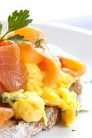 Eggs and salmon are both good protein sources, providing a filling and satisfying breakfast to sustain you throughout the day. Healthy Gourmet, Healthy Recipes, Good Sources Of Protein, Scrambled Eggs, Lchf, Cantaloupe, Salmon, Fruit, Breakfast