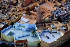 MʾZab is a deep, narrow oasis valley located within the Sahara, consisting of five walled towns, about 600 km south of Algiers, the capital . Oasis, World Heritage Sites, Aerial View, Architecture, Tourism, Like4like, Country, House Styles, City