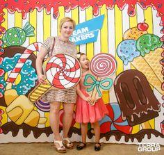 Фотозона из картона Foto Frame, Photo Booth Frame, School Board Decoration, School Decorations, Backdrop Decorations, Backdrops, Candy Land Theme, Photo Zone, Birthday Backdrop