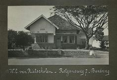Woonhuis aan de Rotgansweg nummer zeven te Bandoeng. 1920-1960 Seearang Jl. Dr. Otten Kerala Homes, Indonesian Art, Colonial Architecture, Art Forms, The Past, Culture, History, House Styles, City