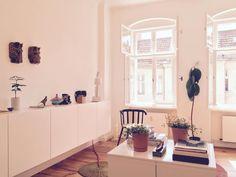Schone Einrichtungsidee Furs Wohnzimmer Helle Wande Grosse Fenster Weisse Kommode Und Sonnenschein