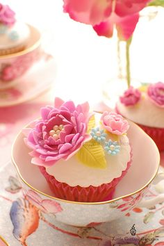 Teacups for serving cupcakes. Invite the girls over for champagne and cupcakes. Serve in vintage china teacups. Flowers Cupcakes, Cupcakes Flores, Pretty Cupcakes, Beautiful Cupcakes, Yummy Cupcakes, Cupcake Cookies, Floral Cupcakes, Spring Cupcakes, Easter Cupcakes
