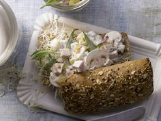 Geflügelsalat-Brötchen - mit Ananas, Champignons und knackigen Sprossen - smarter - Kalorien: 425 Kcal - Zeit: 25 Min. | eatsmarter.de #eatsmarter #rezept #rezepte #eiweiss #ei #eier #eigelb #protein #proteinreich #gesund #diaet #muskelaufbau #muskeln #gefluegel #salat #gefluegelsalat #broetchen #ananas #champignons #pilze #sprossen #fruehstueck #togo #abendessen