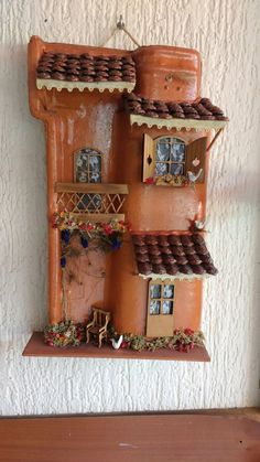 Aprenda a fazer lindas telhas decoradas - Çiçek aranjmanları - Handmade Crafts, Diy And Crafts, Arts And Crafts, Tile Crafts, Clay Crafts, Doll House Crafts, Ceramic Houses, Theme Noel, Miniature Houses