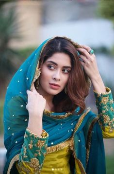 Awesome Ideas for Pakistani and Indian Bridal Makeup, Jewelry, Lehnga and Mehndi Designs Embroidery Suits Punjabi, Embroidery Suits Design, Embroidery Dress, Hand Embroidery, Embroidery Designs, Pakistani Dresses Casual, Pakistani Dress Design, Pakistani Clothing, Shadi Dresses