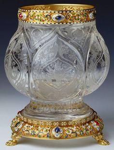 Florero, obra de Mikhail Evlampievich Perkhin para Fabergé , c. 1903. Cristal de roca, oro esmaltado y cabujones de rubíes, esmeraldas y zafiros, 16.5 x 13.5 cm (Royal Collection Trust, UK) Se llama cabujón a la gema pulida pero no tallada, de base plana y forma convexa.