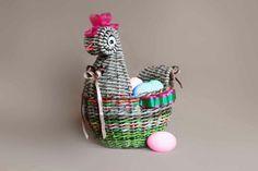 Плетённая из бумажных трубочек Корзинка-конфетница курочка-пеструшка - мастер-класс. Пасхальный подарок своими руками. Заказать, купить.