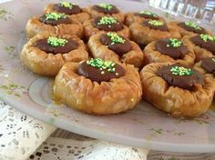 """Crusty and chocolate leaf fillets from our Betty and """"Taste of life by Betty""""! Greek Sweets, Greek Desserts, Party Desserts, Greek Recipes, Arabic Sweets, Pastry Recipes, Sweets Recipes, Candy Recipes, Cooking Recipes"""