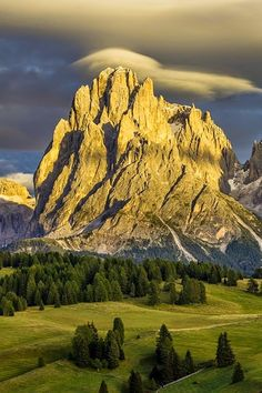 Lenticular clouds forming over Italy Sassolungo South Tyrol Trentino-Alto Adige hanskrusephotography World's Most Beautiful, Beautiful World, Beautiful Places, Amazing Places, Landscape Photography, Nature Photography, Wedding Photography, Lenticular Clouds, Photos Voyages