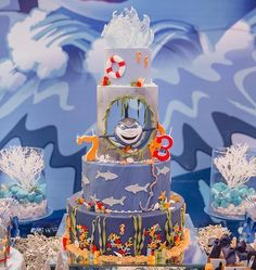 Incrível esse bolo com o tema Tubarão! Vi no: @lelefue_confeitaria Por: @julianaalmeidadecor Fotos: @pedronoronhafotografia #Festainfantil #CusomCake #BoloPersonalizado #BoloTubarao #FestaTubarao #Tubarao #FestaMenino 5th Birthday, Birthday Party Themes, Birthday Cake, Festa Hot Wheels, Cake Decorating Frosting, Cupcakes Decorados, Bubble Guppies Birthday, Party Themes For Boys, World Water