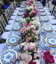 Floral Runner Patterned Linen Photo Courtesy of The Hidden Garden White Table Settings, Beautiful Table Settings, Place Settings, Hidden Garden, Blue And White China, Deco Table, Decoration Table, White Decor, Event Decor