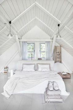 déo chambre tout en blanc, chambre mansardée, lit blanc, linge de lit blanc, paequet blanc et peinture murale blanche, lucarnes